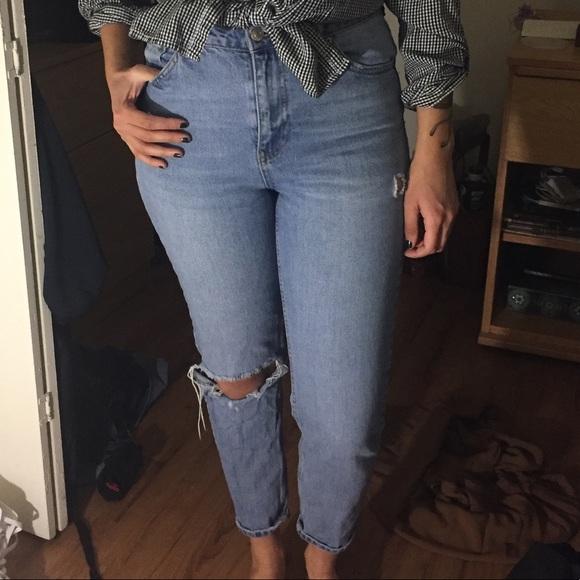 cdf24ff6635 Topshop Mom Jeans Light Wash Knee Rip. M_5a518e379a9455eb1c038f01
